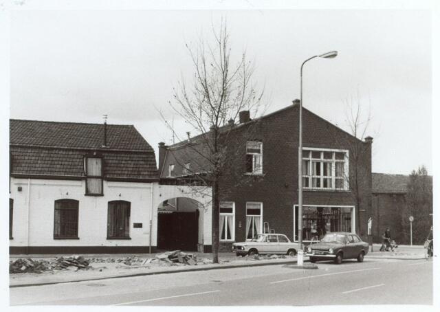 014918 - IJzerhandel van Ooms - Barben op de hoek van de Besterdring en Lange Nieuwstraat (rechts). In het witte pand links werd later sportschool Ooms gehuisvest