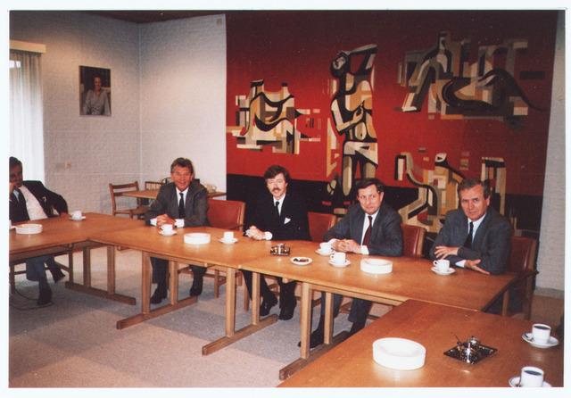 063637 - Bezoek van de de fractie voorzitter van de VVD in de 2e kamer, de heer Joris Voorhoeve ter gelegenheid van het planten van een Julianaboom nabij het Mariahof; ontvangst van de heer Voorhoeve op het gemeentehuis.