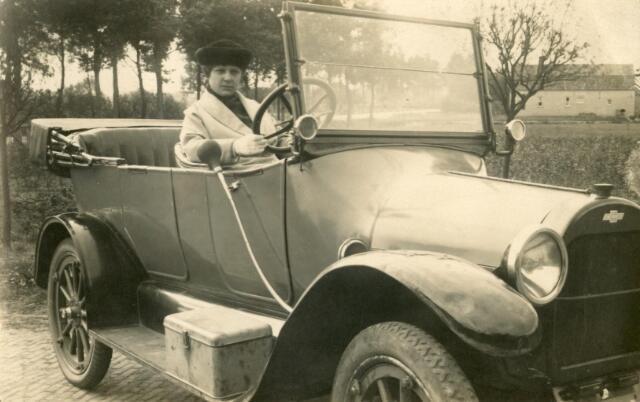 601758 - Maria Johanna Wilhelmina van Eijck, geboren op 7 september 1896 als dochter van Josef M.C. van Eijck en Joanna J. van Pelt. Zij huwde op 26 april 1921 te Tilburg met fotograaf Petrus A. A. (Piet) van der Schoot. Maria van der Schoot-van Eijck overleed op 16 mei 1986 te Tilburg. Miet van der Schoot-van Eijck werd gefotografeerd in de auto van haar vader Josef van Eijck.