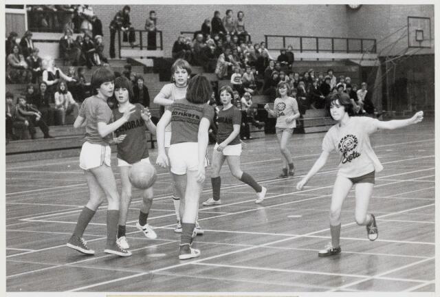 103495 - Sport. Handbal. Wedstrijd tusen Menora en Sint Marcoen uit Dorst tijdens het schoolhandbaltoernooi.