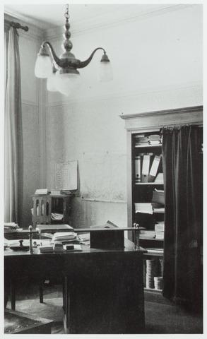 065161 - GGD, Gemeentelijke Gezondheidsdienst. Schoolartskamer in het gebouw van de Botermarkt. De schoolarts was dr. Otilla Gimbrère-Bahlmann.