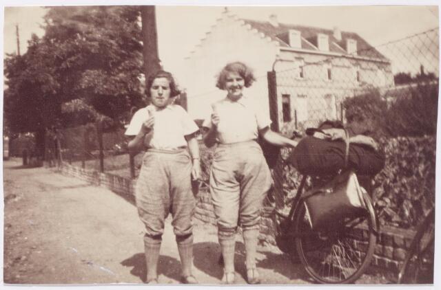 045301 - Annie van Dieren-Slikboer, geboren te Breda op 8 januari 1907  (rechts) op vakantie in de Belgische Ardennen. De vrouwen dragen zelfgemaakte fietsbroeken.