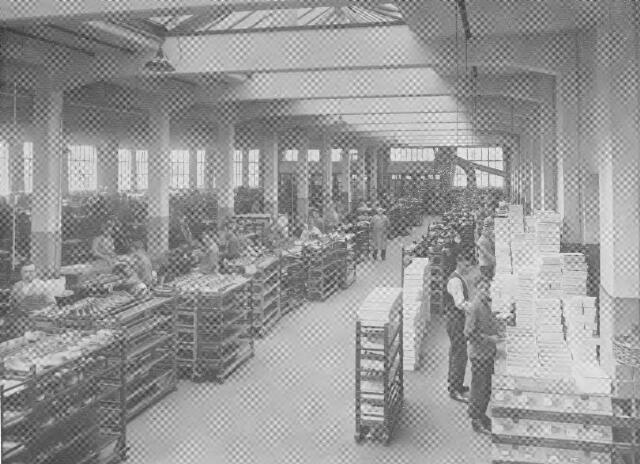064371 - Leder- en schoenindustrie.  N.V. Stoomschoenfabriek J.A. Ligtenberg te Dongen. De uitpoetsafdeling.