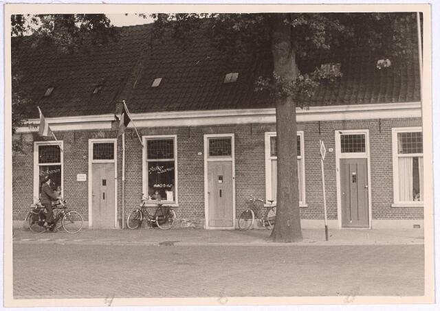 025030 - Panden Laarstraat 48, 50 en 52 (van links naar rechts) eind 1962. In het eerstgenoemde pand zat de schoenenzaak van Kees Staps