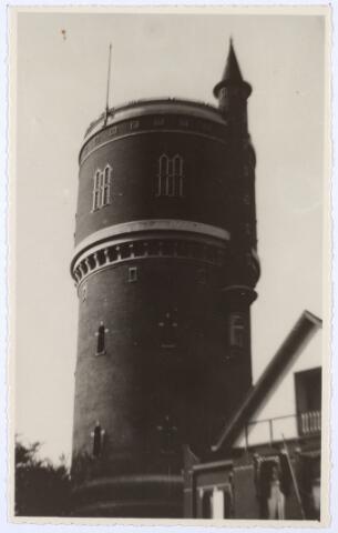 016098 - De watertoren aan de Bredaseweg kort na de restauratie in 1954. De oorspronkelijke kantelen zijn verdwenen