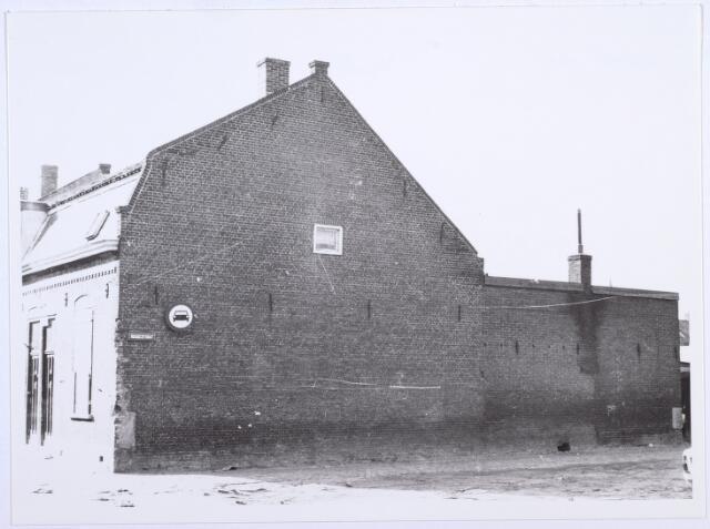 014109 - Zijgevel van onbewoonbaar verklaarde woning Akkerstraat 37, gezien vanuit de Roggestraat