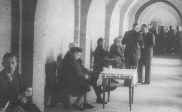 105234 - Ontvangst van gasten (vermoedelijk familieleden) in de Sint Paulusabdij. Kloosters