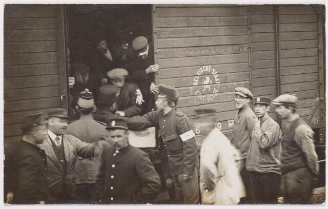 042286 - Eerste Wereldoorlog. Belgische vluchtelingen. Aankomst op het station.