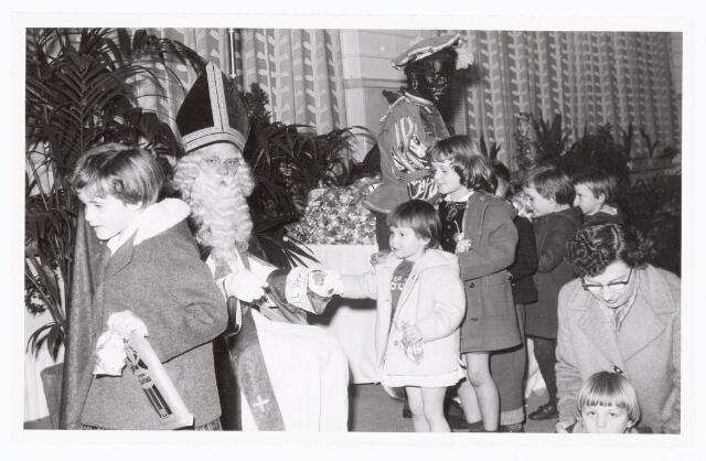 038885 - Volt. Zuid. Ontspanning. Viering Sint Nicolaas voor de kinderen van het personeel in 1959. Sinterklaas. St. Nicolaas
