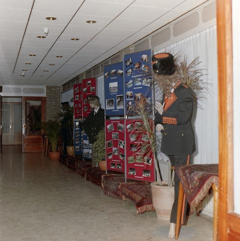 1237_012_921_009 - De Volt kleine tentoonstelling in hal. Kostuums, foto's.
