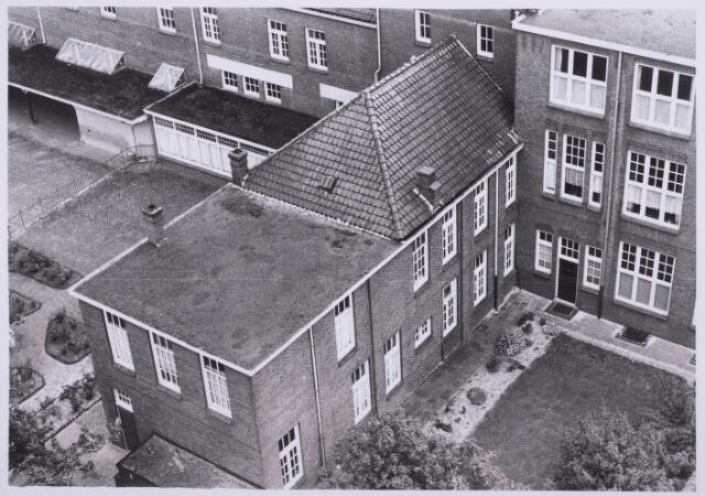 027952 - Basisonderwijs. Mariaschool en klooster aan het Paduaplein gezien vanaf bejaardenhuis aan de Pater Adriaansstraat
