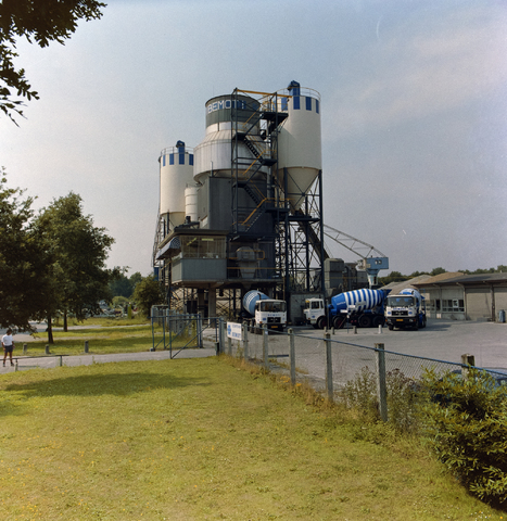 1237_010_689_003 - BEMOTI, vrachtwagens en cementtoren.