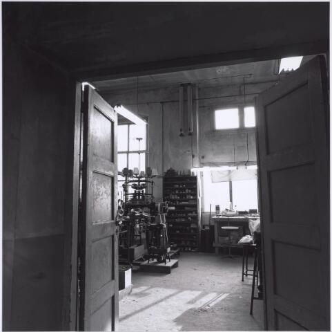 025298 - Interieur van het voormalige St. Rochus Gasthuis aan de Lange Nieuwstraat kort voor de sloop. De breimachine herinnert aan de periode dat het gebouw enige tijd onderdak bood aan het textielmuseum