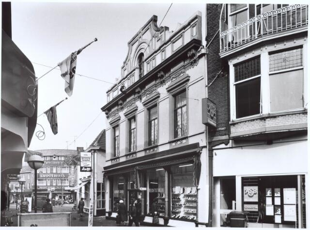021801 - Gedeelte van de Heuvelstraat dat voorheen Zomerstraat heette. Op de achtergrond het karakteristieke pand van electronicahandel Groothuis, voorheen Van Boxtel