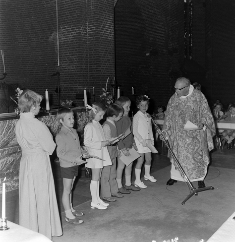 1237_012_983-2_004 - Religie. Kerk. Communicanten. De eerste Heilige Communie in de Maria Boodschap kerk in Goirle in mei 1971.