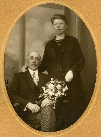 200439 - Trouwfoto van Petrus Versteegen, geboren te Oirschot op 24 juli 1883 en overleden te Tilburg op 8 december 1940, en Adriana Clasina Aloysia van Gorp, geboren te Tilburg op 3 april 1889 en aldaar overleden op 22 december 1972. Zij trouwden te Tilburg op 23 juli 1924.