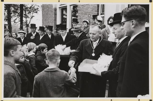 072871 - Afscheid burgemeester J.H. Bardoel.  Uitdelen van traktaties aan schoolkinderen. Midden: De heer en mevr. Bardoel. Rechts: G. Klomberg, W.v.d. Loo. Achterste rij: M. Denissen, G. v.d. Wouw, echtpaar Wolfs-Op 't Hoog.