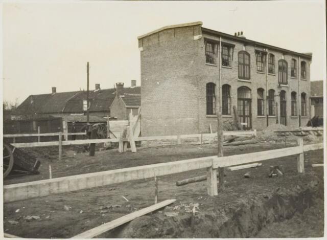 104579 - Energievoorziening. op voorgrond Nieuwbouw Gasfabriek Oosterhout. werkplaatsen  en magazijnen.