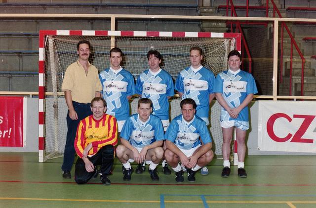 1237_001_029-2_021 - Sport. Voetbal. Willem II. Teamfoto voor een goal tijdens een zaalvoetbal competitie op 3 januari 1999.