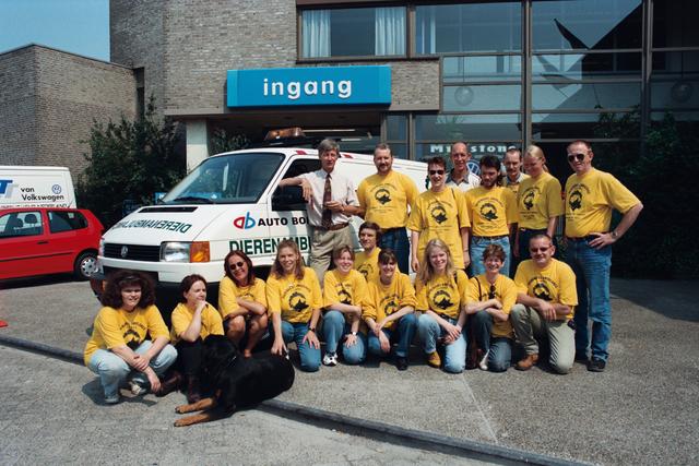 1237_010_764_009 - Overhandigen sleutels dierenambulance door auto Bongers. Groepsfoto vrijwilligers.