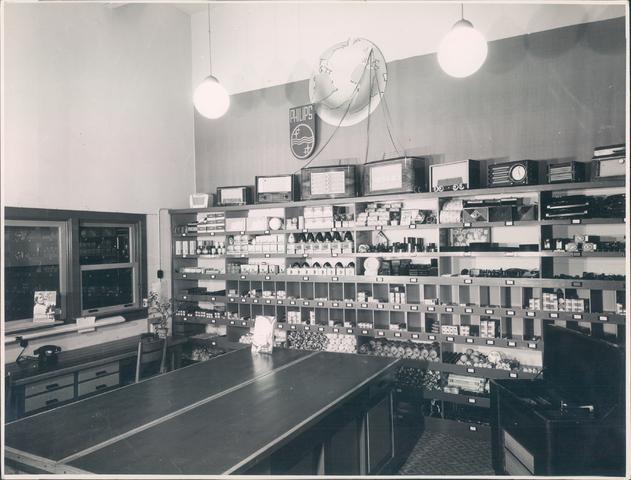 651943 - Volt-zuid. Personeelswinkel. De Voltfabriek in Tilburg werd opgericht in 1909. Geleidelijk nam Philips een groter aandeel in eigendom. Hierdoor kon later ruimte worden geschapen om ook Volt personeel in staat te stellen Philips consumentenartikelen aan te schaffen tegen personeelsprijs. De eerste personeelswinkel was gevestigd op de gang naast de toenmalige kantine op de boven verdieping van gebouw B.