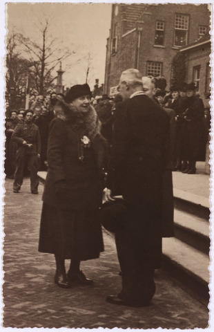 012748 - Tweede Wereldoorlog. Koninklijk bezoek. Koningin Wilhelmina in gesprek met burgemeester Van de Mortel op de Markt tijdens haar bezoek aan bevrijd Tilburg op 18 maart 1945