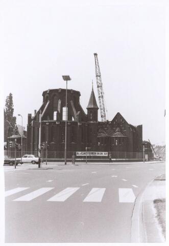 020122 - Sloop van de kerk van het Heilig Hart, parochie Noordhoek, in 1975. De kerk werd gebouwd in 1897/1898 naar een ontwerp van dr. P.J.H. Cuypers