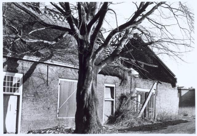 020503 - Vervallen boerderij aan de Hasseltstraat, gefotografeerd kort voordat het zou worden gerestaureerd. Fungeert sindsdien als wijkcentrum Kasteelhoeve