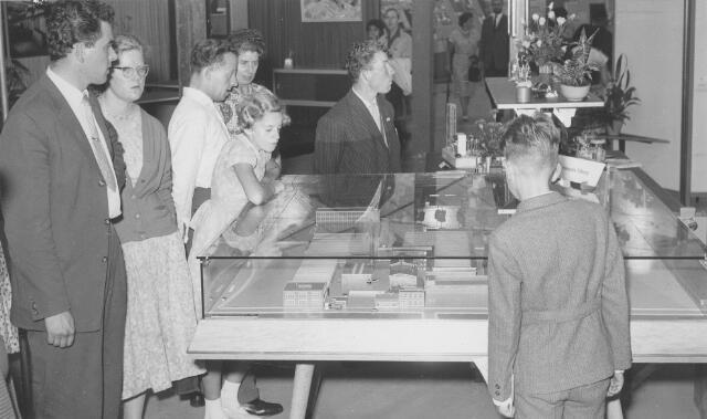 064166 - Maquette van Volt Zuid op de tentoonstelling Hart van Brabant in het Leijpark in 1959. De tentoonstelling werd gehouden in de laatste week van juli t/m half augustus. Men heeft hal Z en het te bouwen nieuwe hoofdkantoor AH reeds in de maquette verwerkt hoewel omstreeks deze tijd pas met de werkzaamheden werd begonnen.