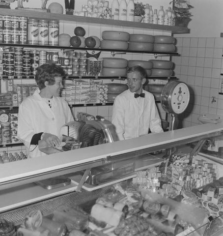 1237_013_018_005 - Kruidenierswinkel Witjes Thomas van Kempenstraat. Vleeswaren