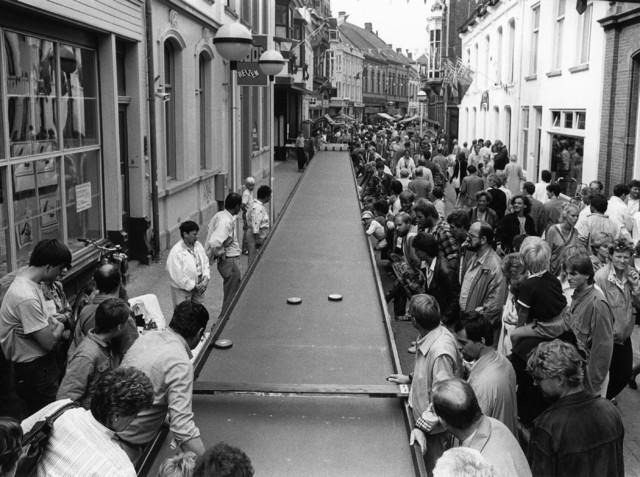 1238_F0098 - Evenementen in de stad.  De langste sjoelbak.