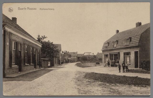 065460 - Staande voor de smederij van Rijsbosch een gezicht in de Alphenseweg, thans St. Annaplein;rechts de textielwinkel en het woonhuis van de gebroeders Verschueren kort na de bouw in 1928; voor de winkel staat mevrouw Verschueren-van Beurden met een kind op de arm en enkele kinderen naast zich; links op de voorgrond het woonhuis van Van den Burg