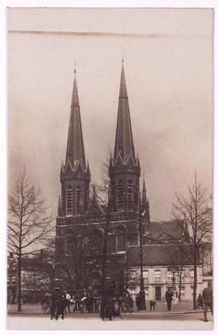 000920 - Heuvel met kerk van St. Jozef en pastorie.