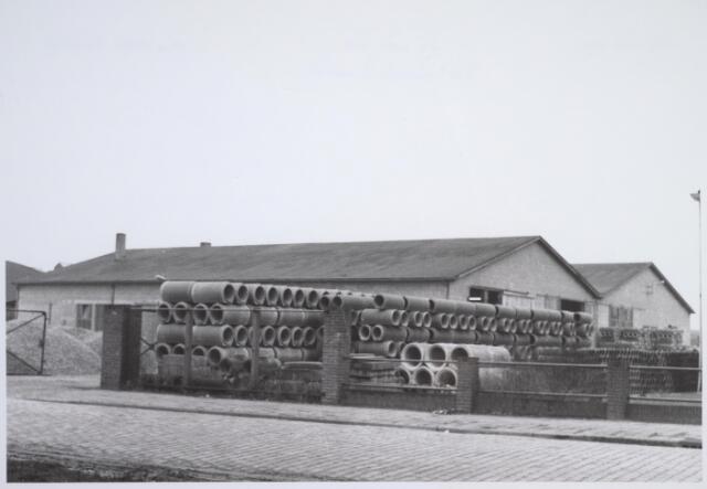 026012 - Eindprodukten liggen opgeslagen op het erf van betonfabriek Van Geel aan de Lovense Kanaaldijk