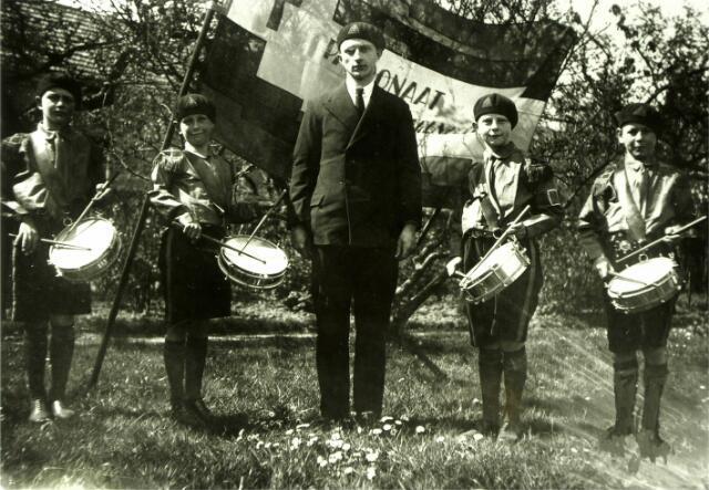 """054623 - In het nieuwe parochiehuis van Hilvarenbeek werd op 22 augustus 1931 door kapelaan Simons een r.k. jeugdvereniging opgericht. Een onderafdeling was de """"mondorgelclub St. Antonius"""", ook opgericht in 1931. Deze club werd begeleid door enkele trommelaars."""