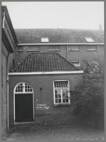 88745 - Voormalig Capucijnenklooster in Langeweg. Ingang kapucijnenklooster annex spreekkamer. Oorspronkelijke bouw 1874, verbouw in 1917 en 2015. Van 1874 tot 1971 woonhuis van de kapucijnen. Vanaf 1971 woonhuis van Emmaus.