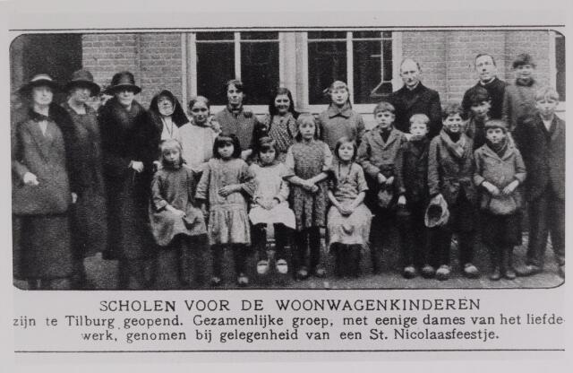 042551 - Woonwagenwerk. School voor woonwagenkinderen in Tilburg. Bij de groep enige dames van het liefdewerk. De foto werd genomen ter gelegenheid van een St. Nicolaasfeestje.