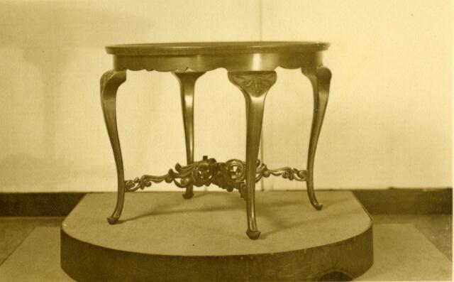 071528 - Tafeltje, gemaakt door de Tilburgse meubelmaker Norbert van Hoof. Hij had een meubelmakerij aan de Veestraat.