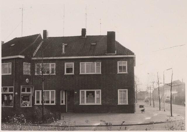023529 - Panden op de hoek Kapitein Nemostraat en Nautilusstraat (rechts, voorheen Nieuwe Lovensestraat) eind 1963. Links de winkel van de weduwe Van den Brink en daarnaast de woning van de familie De Regter