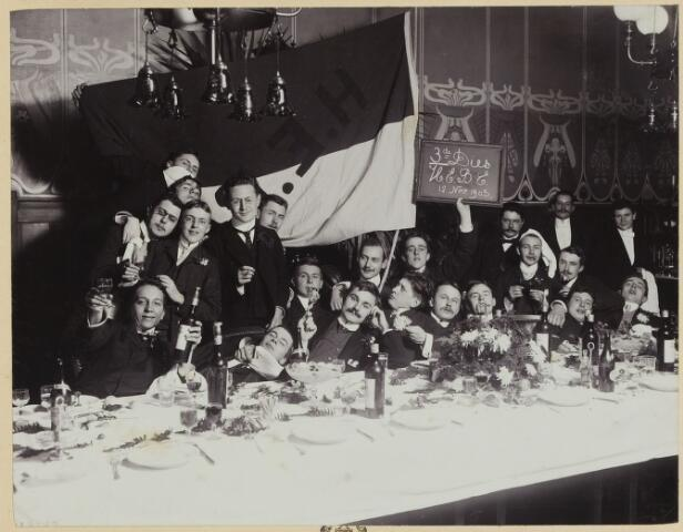 068544 - Inauguratiesouper van studenten te Amsterdam halverwege november 1903. Een van hen is Jan van de Mortel
