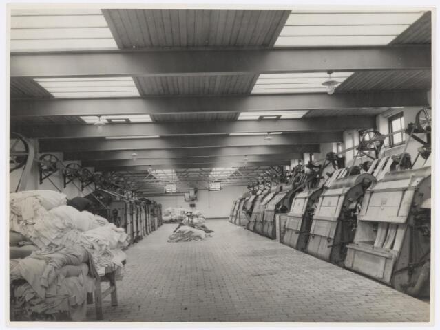 037729 - Textiel. Natapperatuur van wollenstoffenfabriek H. F. C. Enneking. Links de vollerij, rechts de plesserij
