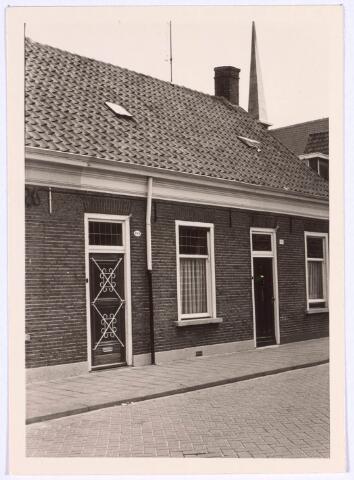 022257 - Panden Hoefstraat 102 (links) en 104 (rechts). Rechts boven is nog net de toren van het klooster aan de Dr. Nuyenstraat te zien