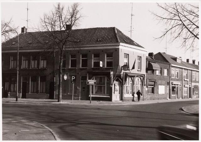 """032451 - Zij- en voorgevel van het cafépand aan het Willemsplein genaamd """"Place Pigalle"""", thans Stadhuisplein"""