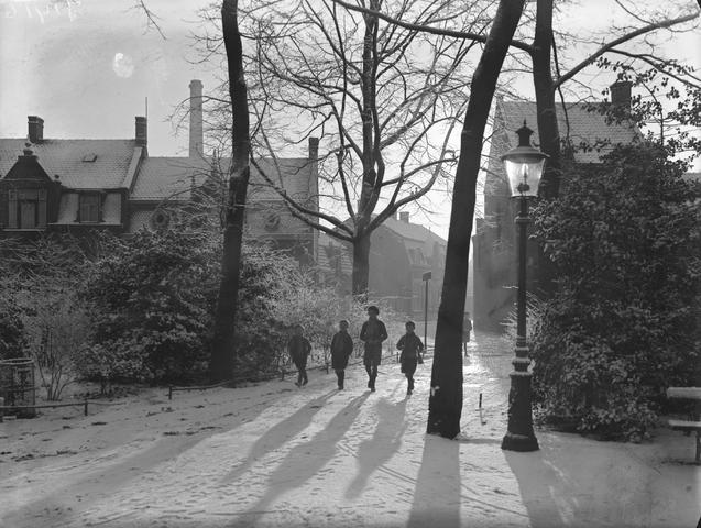 652113-bew - Kinderen wandelen in Wilhelminapark (?)  Winterlandschap