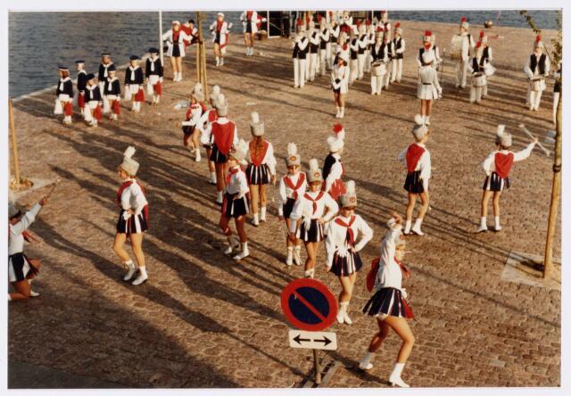 053242 - Intocht van St. Nicolaas op 17 november 1985. foto: aankomst bij Tamboerskade, opstelling majorettencorps en verwelkoming van Sinterklaas.