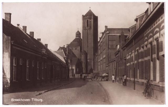 002709 - De Nieuwe Goirleseweg, vanaf 29 juli 1949 Voltstraat. Aan de rechterzijde bij  paard en kar de 'Metaaldraadgloeilampenfabriek Volt'. Op de achtergrond de parochiekerk Broekhoven I aan de Broekhovenseweg dus de weg naar Broekhoven.  In tegenstelling tot wat op de kaart staat is dit niet Broekhoven maar Oerle.Broekhoven is gesitueerd juist voorbij de Groenstraat.