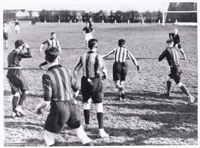 051997 - Hoger Voortgezet Onderwijs. R.K. Studentenvereniging St. Olof. Het voetbalelftal van het Tilburgs studentencorps St. Olof.