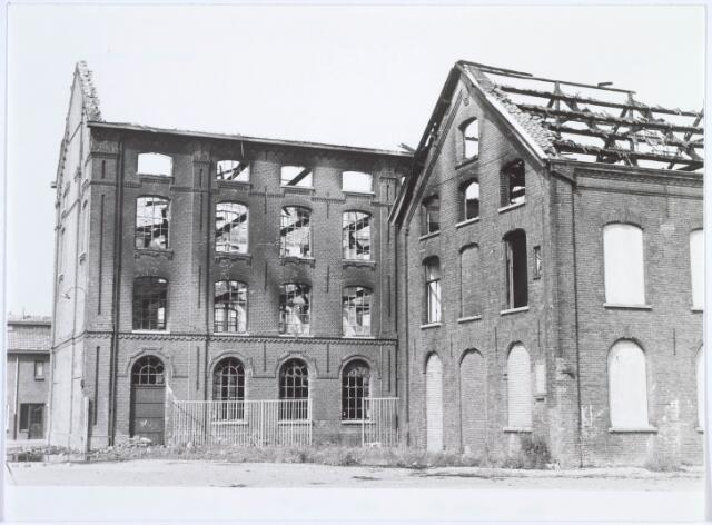 019385 - Textielindustrie. Het complex van de voormalige wollenstoffenfabriek W. Schoenmakers een dag na de brand in juni 1981. Tot 1958 was het eigendom van de firma Eras. Na het faillissement van Schoenmakers was er cartonnage Van Opstal gevestigd. Het werd in 1875 gebouwd