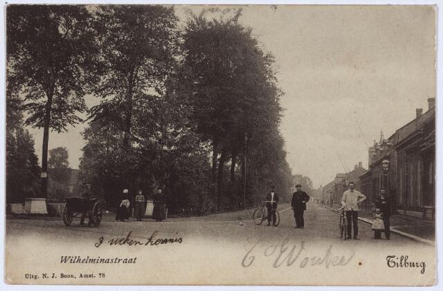 002829 - Ingang van het Wilhelminapark. Voor de ingang een man met een handkar en een vrouw in klederdracht.