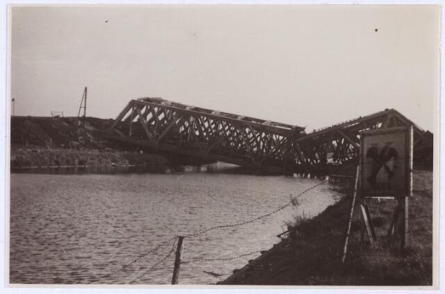 012341 - WO2 ; WOII ; Tweede Wereldoorlog. Vernielingen. Opgeblazen spoorbrug over het Wilhelminakanaal. Hierdoor was treinverkeer tussen Tilburg richting Eindhoven en 's-Hertogenbosch niet meer mogelijk